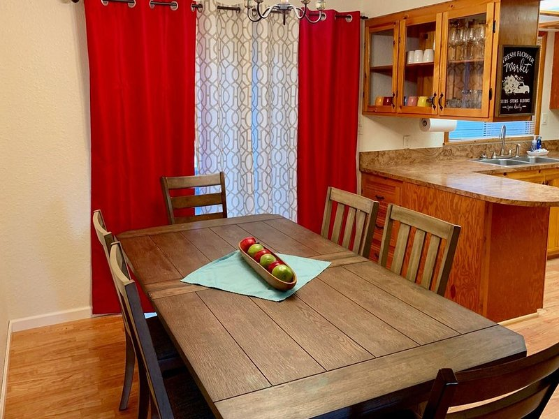 Cozy pet friendly cabin, fully fenced, with fireplace and an open floor plan., holiday rental in Cascade