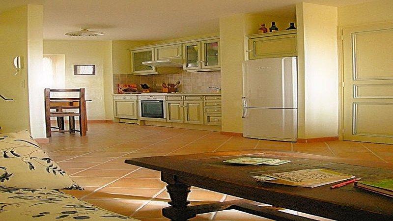 Duplex Apartment (2 Bedroom, Sleeps 4), holiday rental in Villecroze