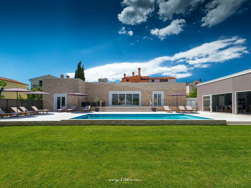 Smart contemporary villa with pool near Rovinj, holiday rental in Rovinjsko Selo