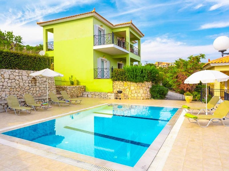 Skala Villa Green: Large Private Pool, Walk to Beach, Sea Views, A/C, WiFi, vacation rental in Poros