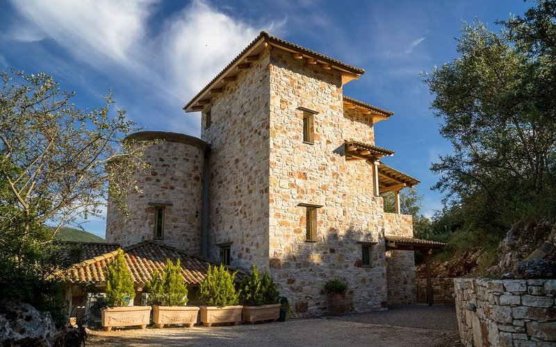 Rose Tower Luxury stone tower villa in the middle of nature with stunning view, aluguéis de temporada em Ponti Agiou Petrou