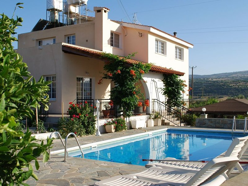 Beautiful villa with Stunning Views, holiday rental in Steni