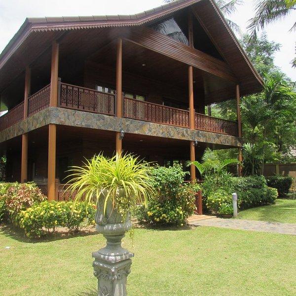 3 Bedroom Charming Luxury Villa Located On Bang Por Beach, vakantiewoning in Ang Thong
