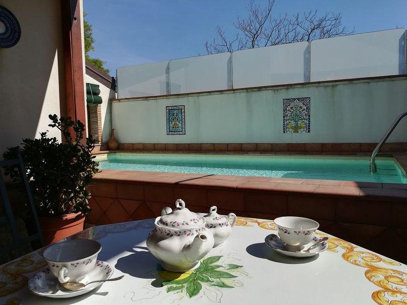 elegantissima villa  in stile siciliano con piscina da 2 a 10 posti letto., vacation rental in San Pietro Clarenza