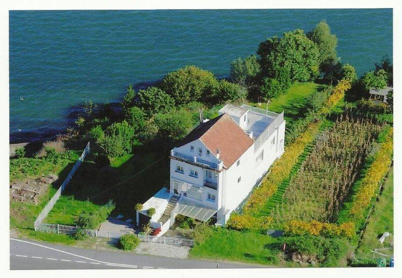 Apartamento en casa unifamiliar  con jardín y magnificas vistas al mar, aluguéis de temporada em Soutomaior