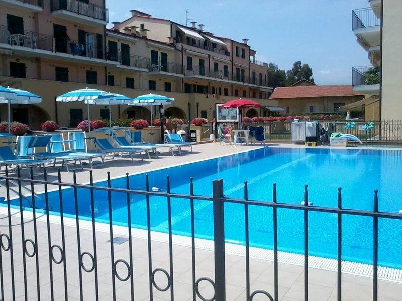 splendido monolocale in signorile complesso residenziale a due passi dal mare, holiday rental in Imperia