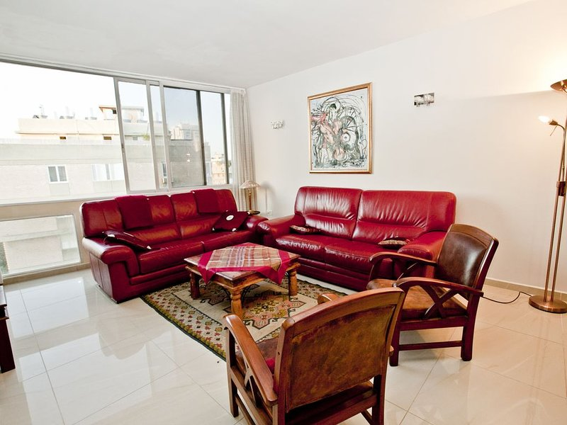 2 Bedrooms (Antique) Apartment - 2 Hei be-Iyar Street., Ferienwohnung in Petah Tiqwa