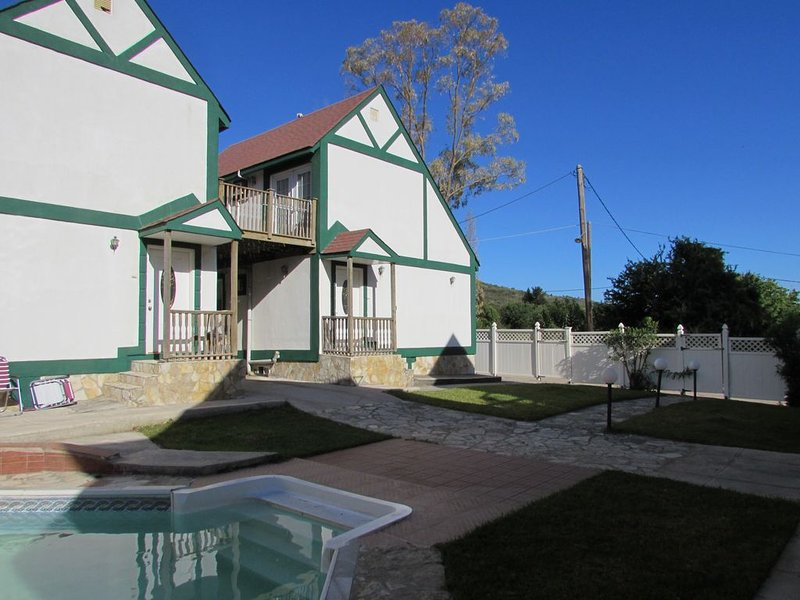 Detached House with shared pool close to Lixouri Bay, location de vacances à Atheras