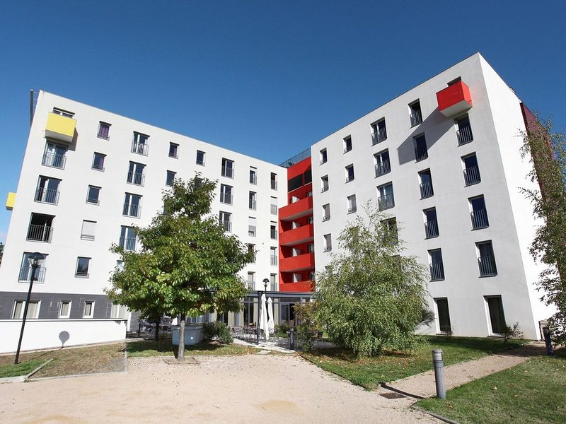 Modern air-conditioned apartment in the heart of Lyon, holiday rental in Genas