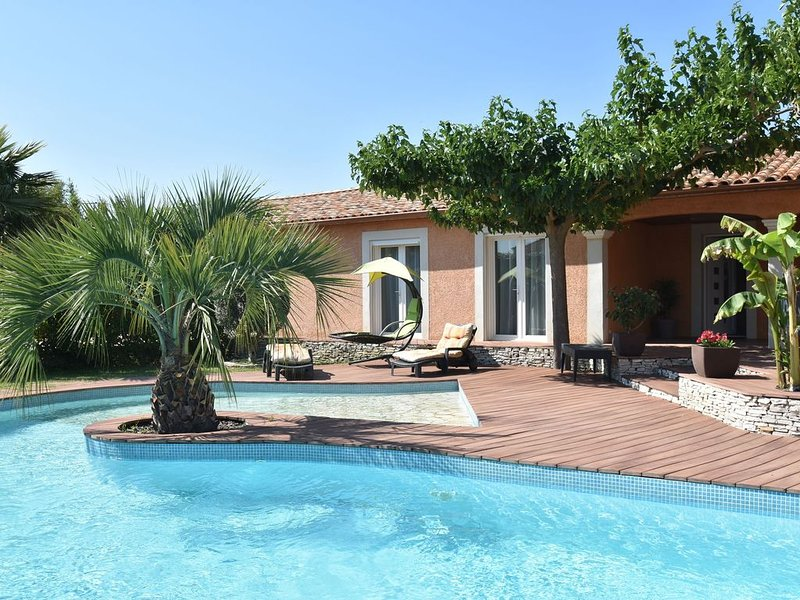 Luxury Holiday Home in Pierrerue with Private Pool & Centre Nearby, location de vacances à Saint-Gervasy