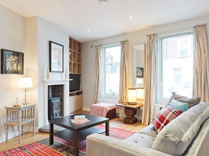 Modern Grand Canal - Three Bedroom Apartment, Sleeps 6, holiday rental in Howth