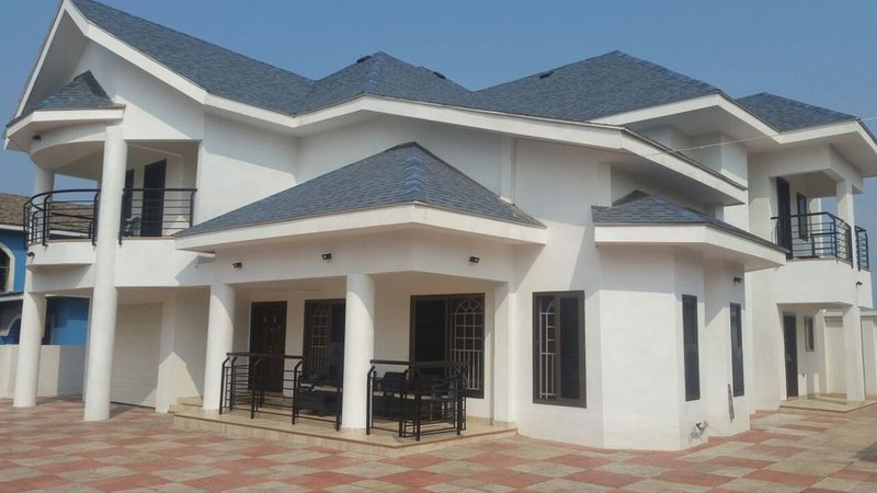 Beautiful Secure Home With 24 hour Security, alquiler vacacional en Adenta