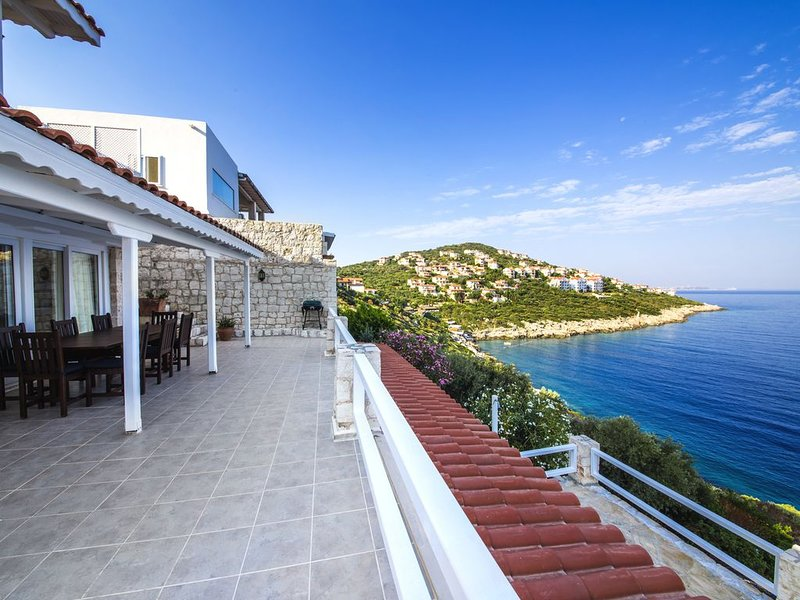 Villa Deniz (villa directly to the sea) - stunning sea view, location de vacances à KAS