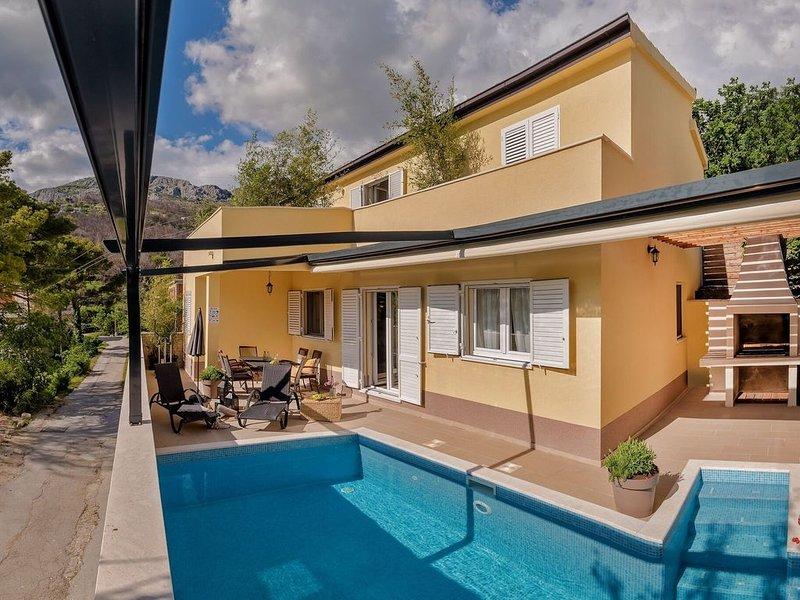 Spacious Villa in Žrnovnica with Swimming Pool, location de vacances à Zrnovnica
