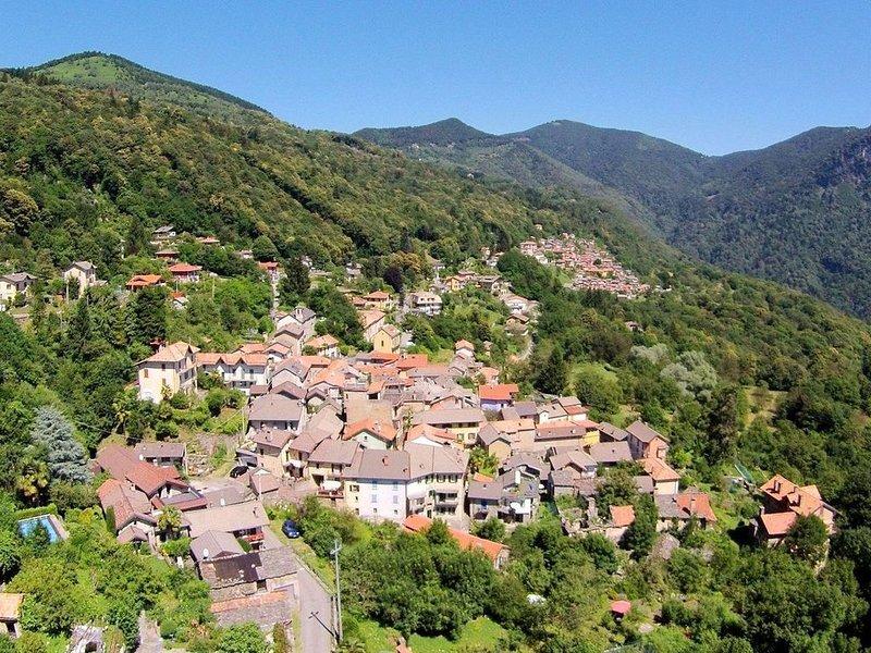 Simple house in the picturesque village of Trarego, Lago Maggiore, casa vacanza a Lunecco