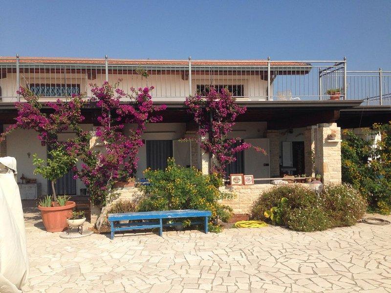 spaziosa villa indipendente con accesso privato al mare, holiday rental in Trinitapoli