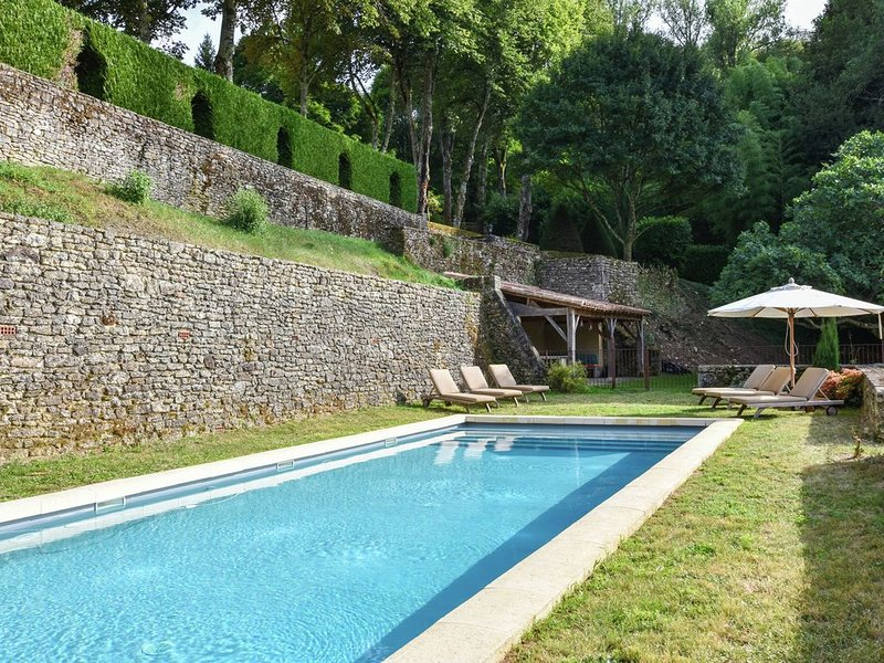 Plush Mansion on a High-End Property in Saint-Germain-de-Belvès with Pool, vacation rental in Berbiguieres