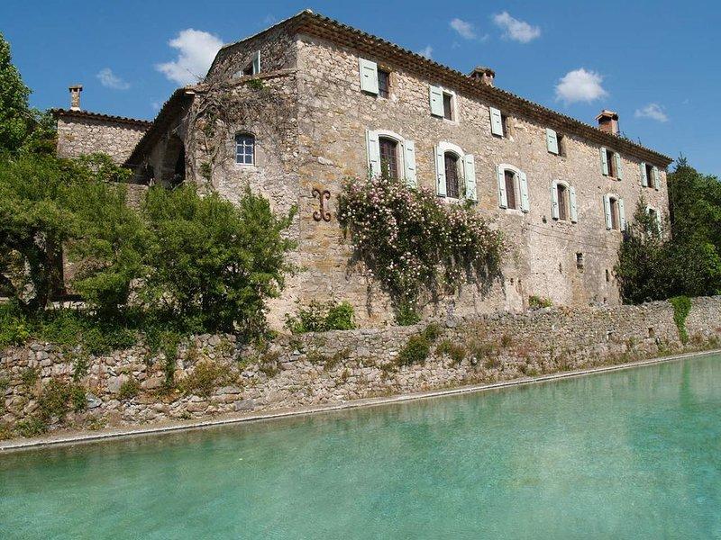 Sud de France,(Cévennes) ancien hameau du 16ème siècle, piscine, tennis, rivière, aluguéis de temporada em Sauve
