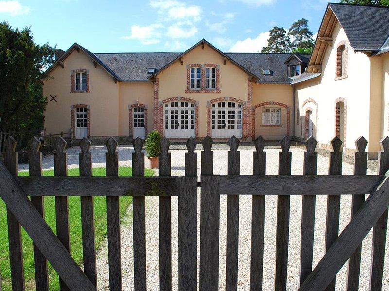 Maison de caractère au coeur d'un parc et jardin classé 'jardin remarquable', aluguéis de temporada em Mayenne