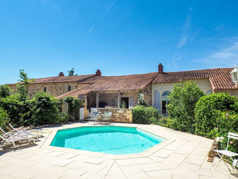 Holiday Home in Saint-Laurent-de-la-Salle with Pool, location de vacances à Sainte-Hermine
