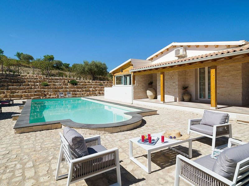 Spacious Holiday Home in Noto with Private Pool, holiday rental in Madonna Marina