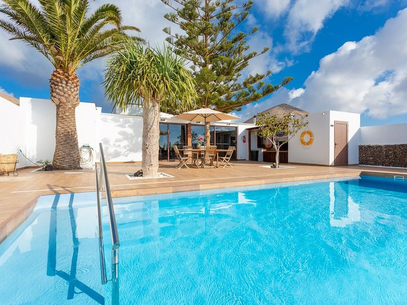 Villa Santana: Large Heated Private Pool, Sea Views, WiFi, Eco-Friendly, vacation rental in Conil