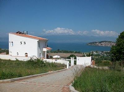 Large Villa With Private Pool And Amazing Lake Views, location de vacances à Pestani