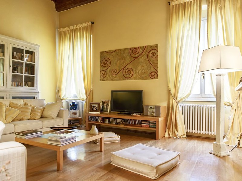Cool San Frediano: a perfect stay in Oltrarno neighborhood, vacation rental in Florence