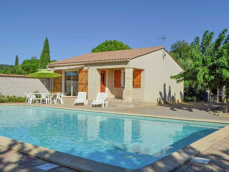 Beautiful Holiday Home, Near Centre. Private Pool. Private Garden. Roofed Terrac, holiday rental in Ouveillan