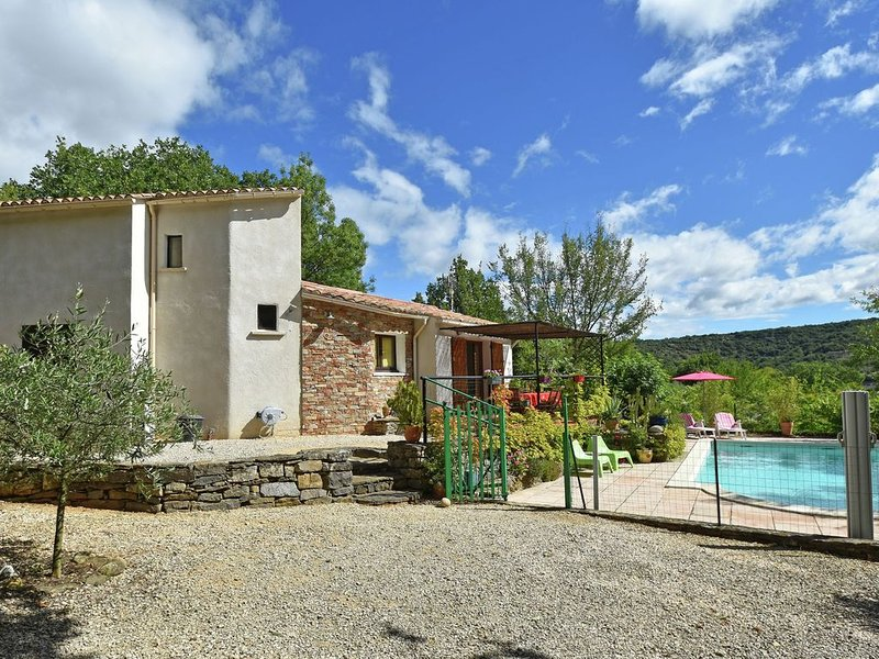 Stylish holiday home near St. Brès, with private swimming pool and stunning view, holiday rental in Courry