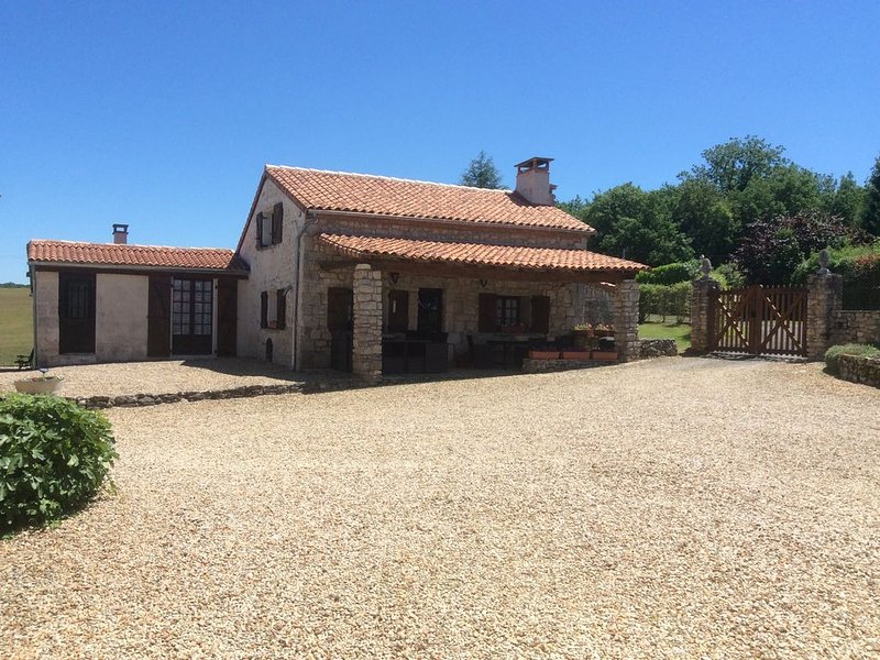Cottage with Heated Salt water pool in private & peaceful setting., holiday rental in Soyaux