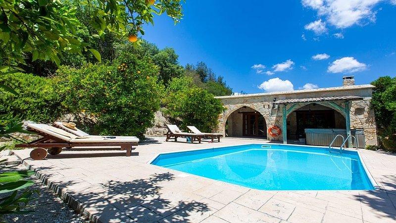 Charming Stone Villa, Private Pool, Jacuzzi, Beautiful Views to the Orange Grove, vacation rental in Kato Akourdalia