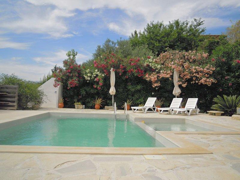 Appartement 80 m2 voor 4 personen met zeezicht, zwembad, parking, wasmachine, vacation rental in Vori