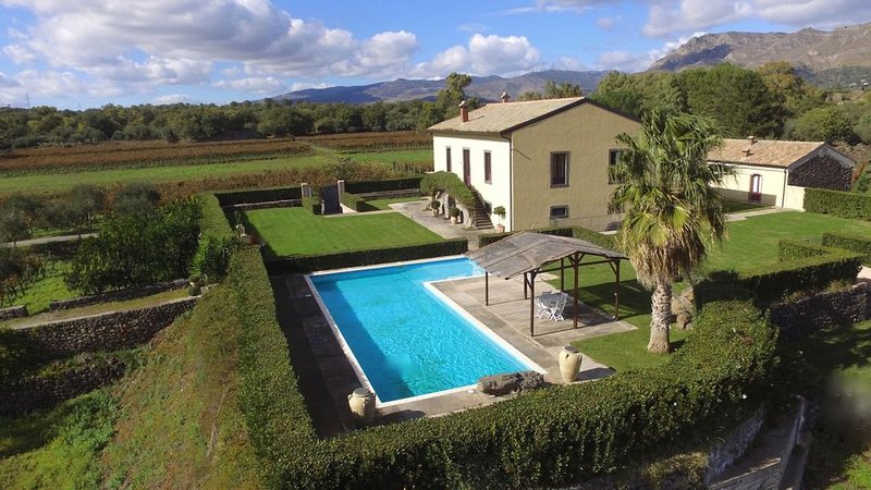 Villa surrounded by vineyards and amazing views to enjoy the best out of Sicily, holiday rental in Santa Domenica Vittoria
