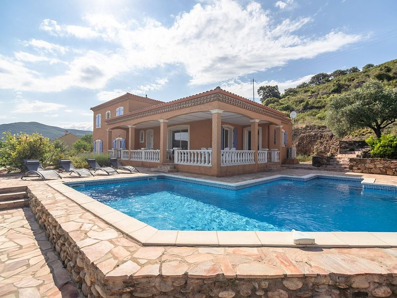 Cozy Villa in Roquebrun with Swimming Pool, holiday rental in Vieussan