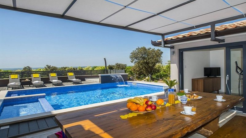 Modern Villa, Panoramic Sea Views, Private Pool, Sauna, Jacuzzi, Fitness/Games R, holiday rental in Viskovici