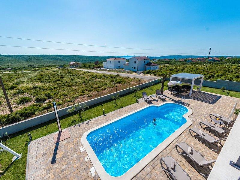 Lovely Villa in Debeljak with Heated Private Pool, Ferienwohnung in Debeljak