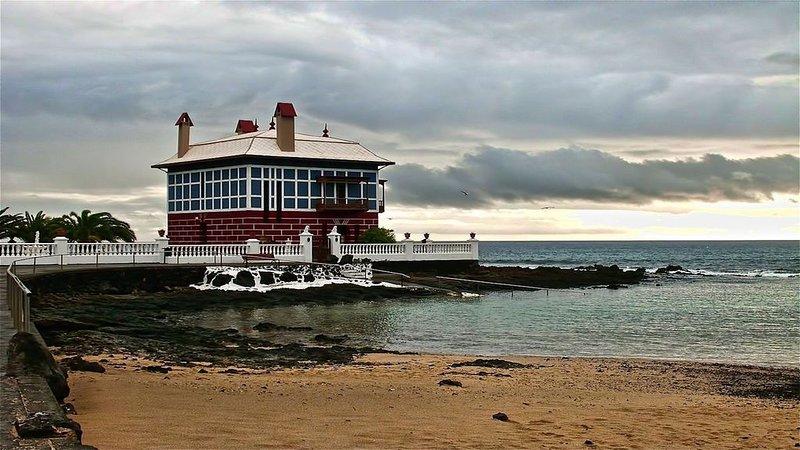 SUNNY HOME - Casa frente al mar, holiday rental in Arrieta