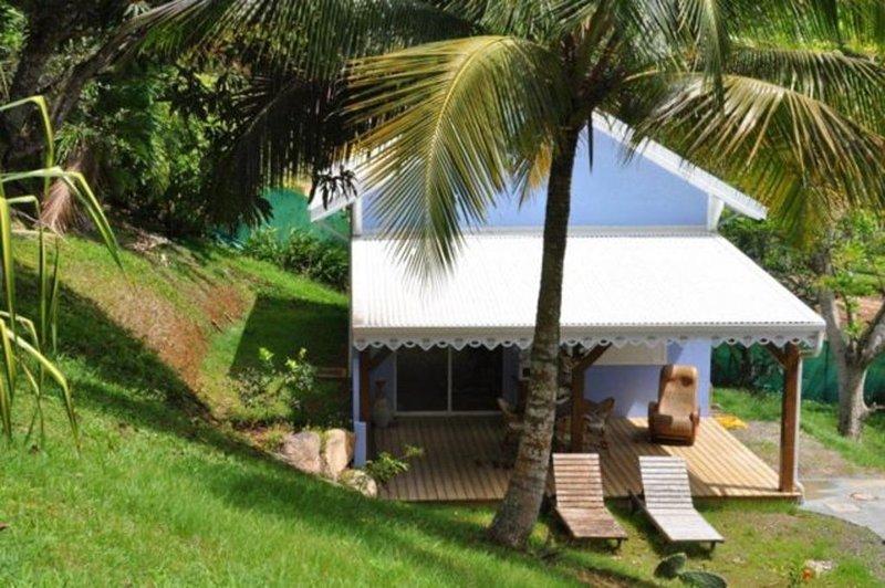Bungalow créole dans un jardin tropical, location de vacances à Petit-Bourg