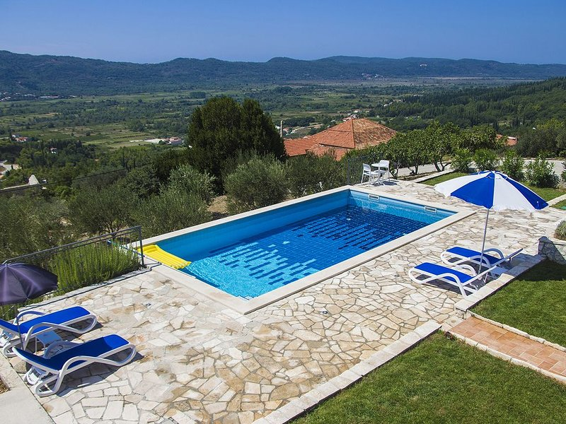 2 BED APARTMENT WITH BEAUTIFUL PRIVATE POOL IN LJUTA, NR. GRUDA, KONAVLE REGION, vacation rental in Ljuta