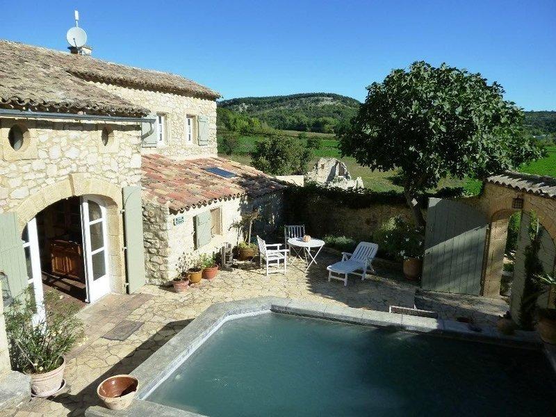 Belle maison de village en pierre authentique (19°s) dans un hameau à 15' d'Uzès, holiday rental in La Bruguiere