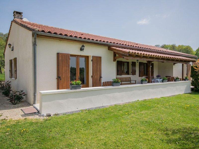 Elegant Holiday Home with Barbecue, Garden, Garden Furniture, alquiler vacacional en Villefranche-du-Perigord