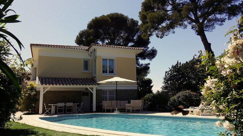 Villa avec piscine privée chauffée à 200m de la mer, holiday rental in Saint-Raphael