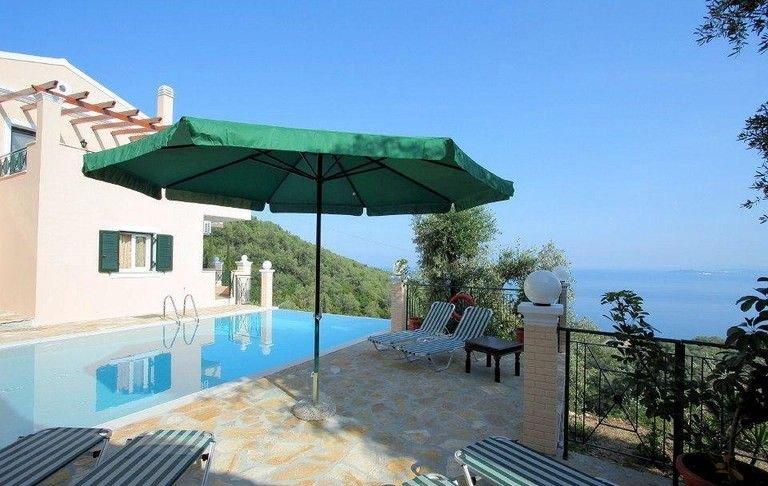Villa with private pool, peaceful location, amazing views over Nissaki Bay, alquiler de vacaciones en Katavolos