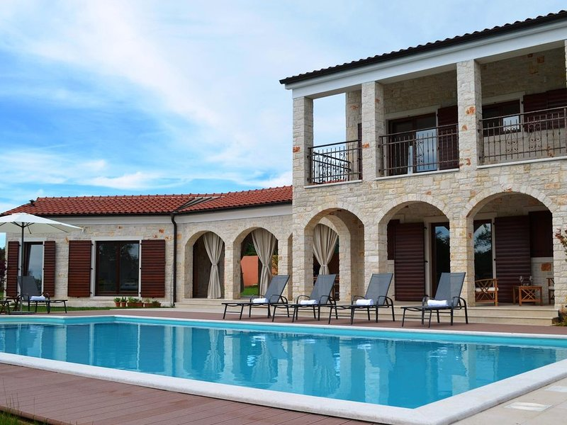 Romantic new villa with large private pool and spacious garden in Central Istria, holiday rental in Mofardini