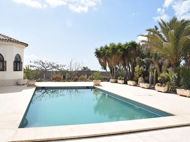 Beautiful villa in the south of Tenerife with a delightful terrace and pool, vacation rental in Las Chafiras