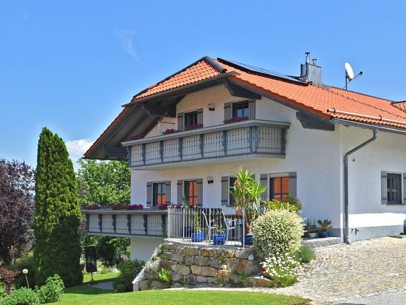 Beautiful apartment in the Bavarian Forest with balcony and whirlpool tub, aluguéis de temporada em Fuersteneck