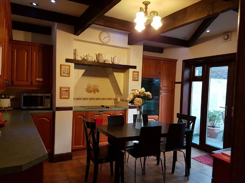 Zeny's Guesthouse ~ 8 no.rooms ~Victorian house ~garden space~parking~Liverpool., casa vacanza a Kirkby