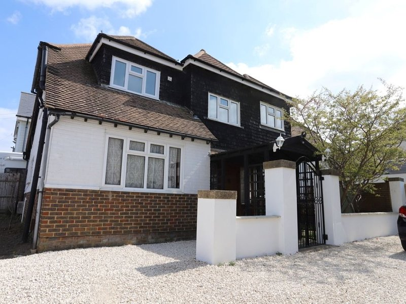 Seaside Escape - large detached house by the sea, holiday rental in Tarring