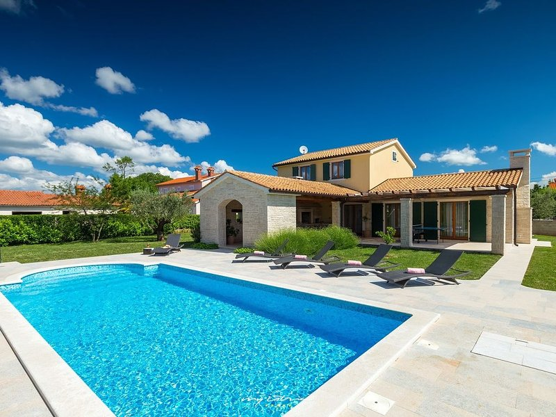 Beautiful new villa with private pool near Pula, holiday rental in Barban